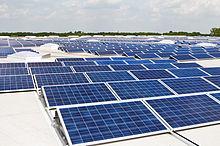 آرایه ای از پنل های خورشیدی بر روی بام